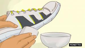 نحوه تمیز کردن کفش سفید با استفاده از محلول آب و صابون